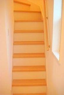 ロフトへの移動は階段式(同一仕様)