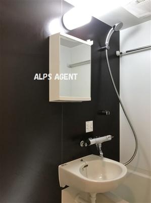 鏡付きの洗面台