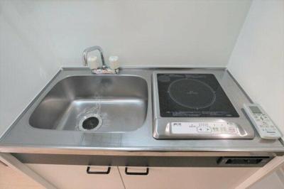 火を使わず安全に調理できるIHキッチン(同一仕様)