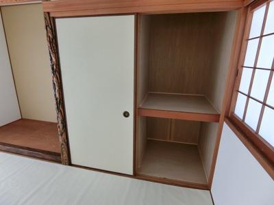 和室の収納です。真ん中でセパレートされていて片側が仏間、片側が押入れになっています。