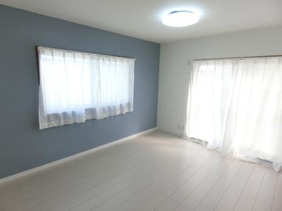2階東側洋室。アクセントクロスも使用されたお部屋になっています。