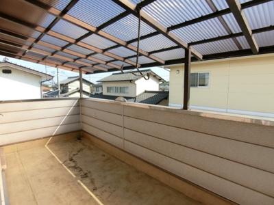 2階バルコニーは屋根付きで洗濯物を干していただくことができます。