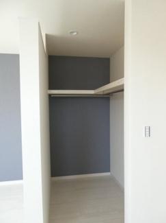 2階洋室。照明があるので、整理もしやすいです。