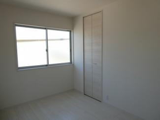 6帖洋室。2面採光なので、日の光が入ります。収納有り