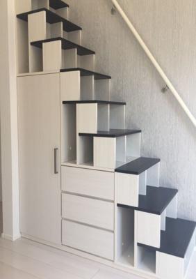 ロフトへの階段はなんとクローゼット&小物入れ!