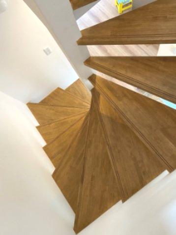 階段はストリップ階段になっており、スタイリッシュに解放感を演出しております。