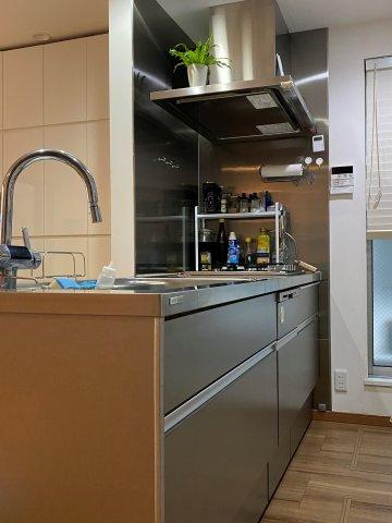 ステンレスフラットトップ、深型食洗器を搭載したシステムキッチンです。LDKの空間をスタイリッシュに彩りつつ、高い機能性があります。