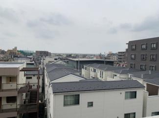 前面に高い棟がないので眺望が遠くまで抜けています。
