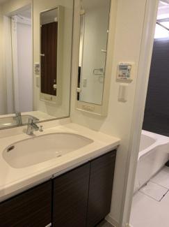 大きな鏡が特徴の洗面化粧台。