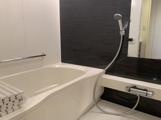 お風呂は水栓・風呂ふた・鏡を新規で交換しております。2トーンカラーで汚れが目立ちにくく清潔感のあるお風呂です。ハウスクリーニング済。