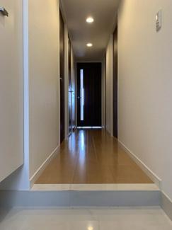 玄関から各居室が見えない構造になっているので急な来客時にもプライバシーを守れます。また、リビングからの陽の光が入るので暗くなりがちな玄関も明るいです。