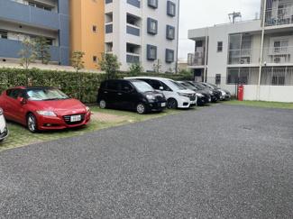敷地内駐車場は月額7000~10000円です。空き状況は都度、確認が必要となります。詳しくはお問合せください。TEL048-499-3120