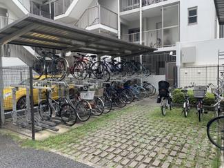 自転車置き場は月額100円~200円です。空き状況は都度、確認が必要となります。自転車もきれいに置かれているので、管理体制が良好なことが伺えます。