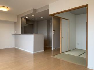 人気のリビング続きの和室。客間であったり、子育て中でも活躍できるスペースです。