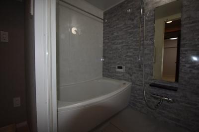 玄関入って右手に水廻り 新品のお風呂です