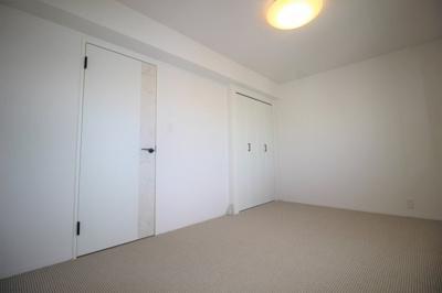 北側にある洋室です(約7.0帖)クローゼットもあります。