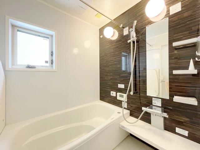 落ち着いた色合いの浴室です