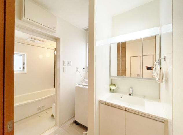 使い勝手のよい三面鏡の洗面台