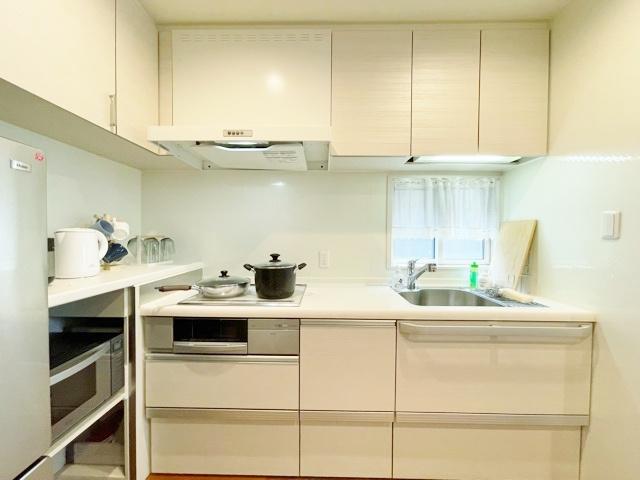 キッチンには小窓を設け彩光と換気に便利です