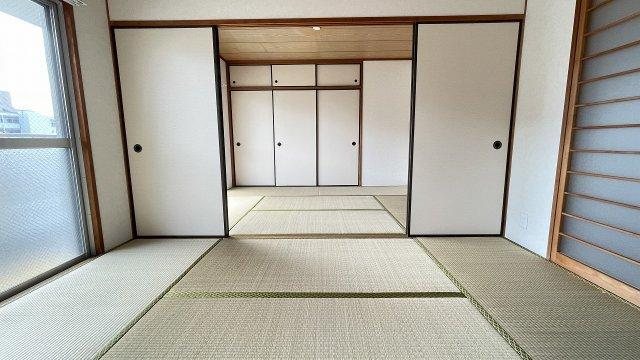 リビングダイニングとつながった快適な和室のお部屋。様々な用途にお使いいただけます差し込む光がやさしく、くつろげる空間に