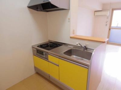 黄色のキッチンがおしゃれです!