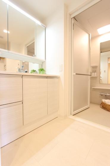 広めの洗面台は三面鏡裏にもたくさん収納可能で、すっきり片付きます!