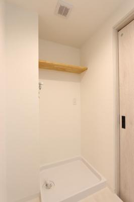 収納棚付き洗濯機置き場。