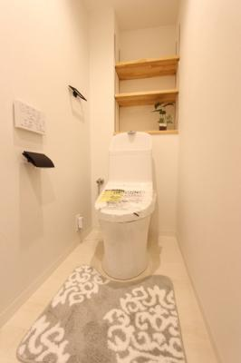 トイレにも収納棚が備わっていて、お掃除道具やトイレットペーパーなどすっきり収納いただけます♪