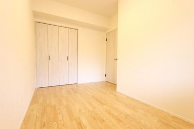 玄関入ってすぐの5.9帖の洋室。