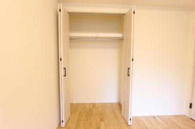 玄関入ってすぐの5.9帖の洋室のクローゼット。