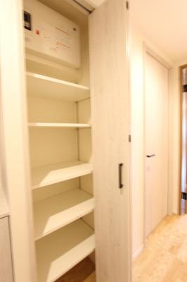 玄関廊下の収納。お掃除道具など収納できます!
