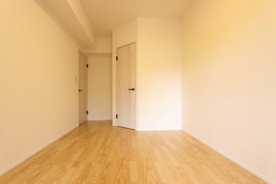 バルコニー側6.3帖の洋室。