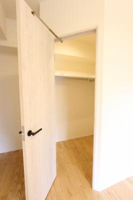 バルコニー側6.3帖の洋室のウォークインクローゼット。