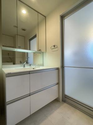 収納豊富な3面鏡付き洗面台です 天板も広く、使い易い洗面台です