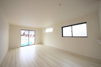 3号棟 18帖の広々リビング 二面採光の明るい空間 窓付きの明るいキッチン