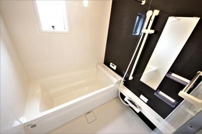 3号棟 窓付きの明るい浴室 足も伸ばせる広々設計