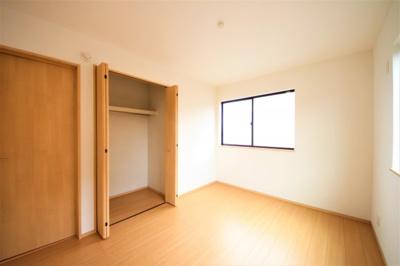 2F洋室 二面採光の明るい洋室