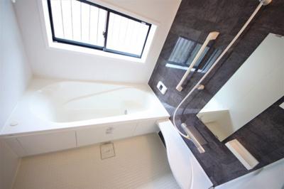 窓付きの明るい浴室 足も伸ばせる広々設計