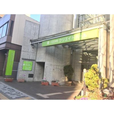 図書館「八王子市生涯学習センター図書館まで483m」