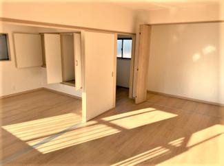 可動間仕切り!戸を閉じれば部屋を分けることができ、戸を開け放てば2つの部屋が1つの大きな空間に!