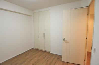 玄関横の洋室約6.0帖 クローゼットがあります。