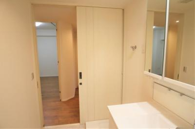 洗面室です。リネン庫があり、タオルなど収納に便利です。