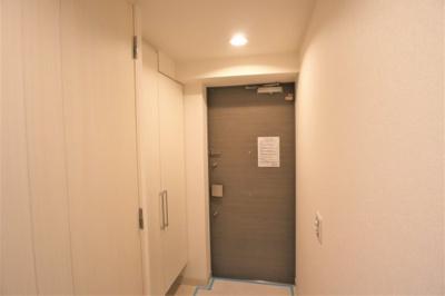 玄関スペースには大きなシューズボックスがあります。
