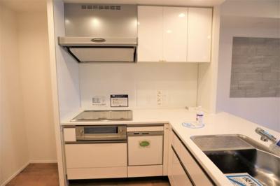 L字型のゆったりとしたキッチン。食洗器、浄水器付水栓新調済です。