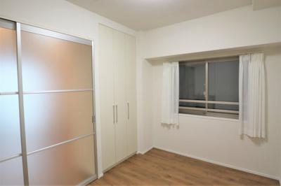 リビング隣接の洋室約6.0帖 採光タイプの引き戸を新設しました。