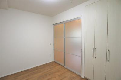 リビング隣接の洋室約6.0帖 クローゼットがあります。主寝室にいかがでしょうか。