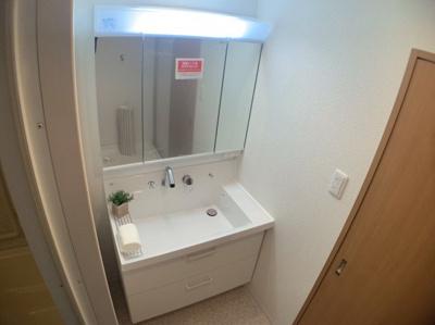 独立洗面台、小物を置くことができて朝の支度にも便利です。