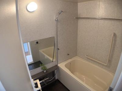 落ち着いた空間のきれいなお風呂です。