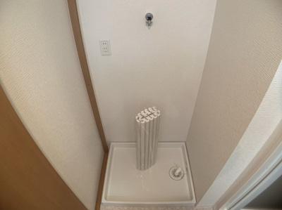 室内洗濯機置き場です。邪魔にならずスッキリ収納できるスペースが確保されています。