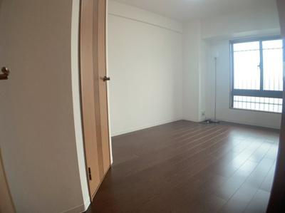 個人の部屋や寝室として使える洋室です。約6.3帖です。